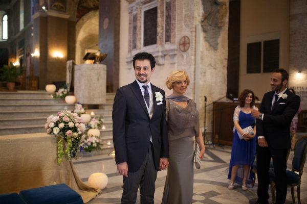lo sposo in chiesa con la madre